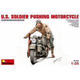 Американский солдат толкающий мотоцикл 1:35